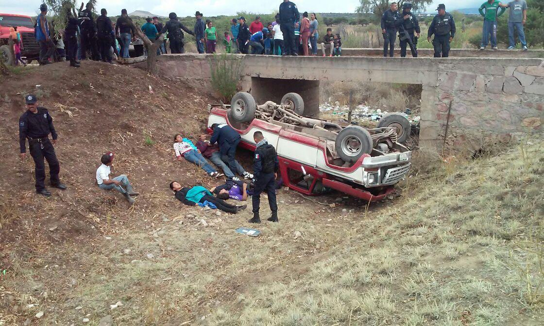 ¡17 lesionados tras la volcadura de una camioneta en Guadalupe!