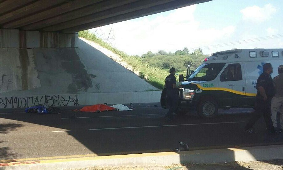 ¡Se matan dos jóvenes al caer de una motocicleta!
