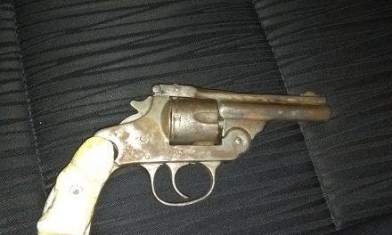 Detienen elementos de la SSPE a dos personas por la portación de un arma de fuego