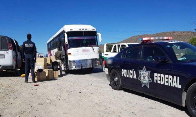 """¡Policía Federal detiene a 2 """"polleros"""" que transportaban a 53 migrantes salvadoreños en Coahuila!"""