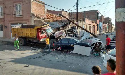 ¡Camión de volteo sin frenos provocó impresionante accidente en Lagos de Moreno!