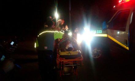 Brindan los primeros auxilios elementos de la SSPE y municipales de Pabellón de Arteaga a una persona lesionada por atropello