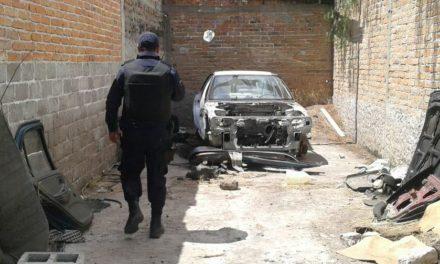 Ubican una bodega donde era desvalijado un vehículo con reporte de robo