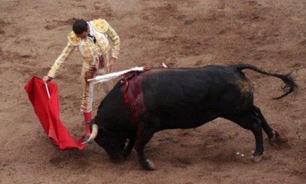 ¡Enrique Ponce idiotiza al Juez de Plaza y le regala un rabo en la 9a. corrida del Serial Taurino!