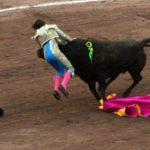 """GRAFICAS/¡Fabian Barba es atropellado por el toro """"Amante"""" en la 4a corrida del Serial!"""