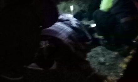 Auxilian elementos de la SSPE y municipales de El Llano a una persona lesionada en atropello