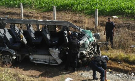 Auxilian elementos de la Policía Estatal y Municipal de Rincón de Romos a una persona lesionada por volcadura