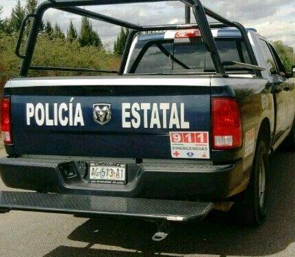 Detienen policías estatales a tres personas por robo de vehículo