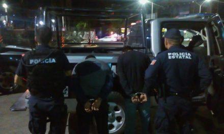 Detienen en operativo coordinado a dos sujetos acusados del robo de una camioneta con violencia