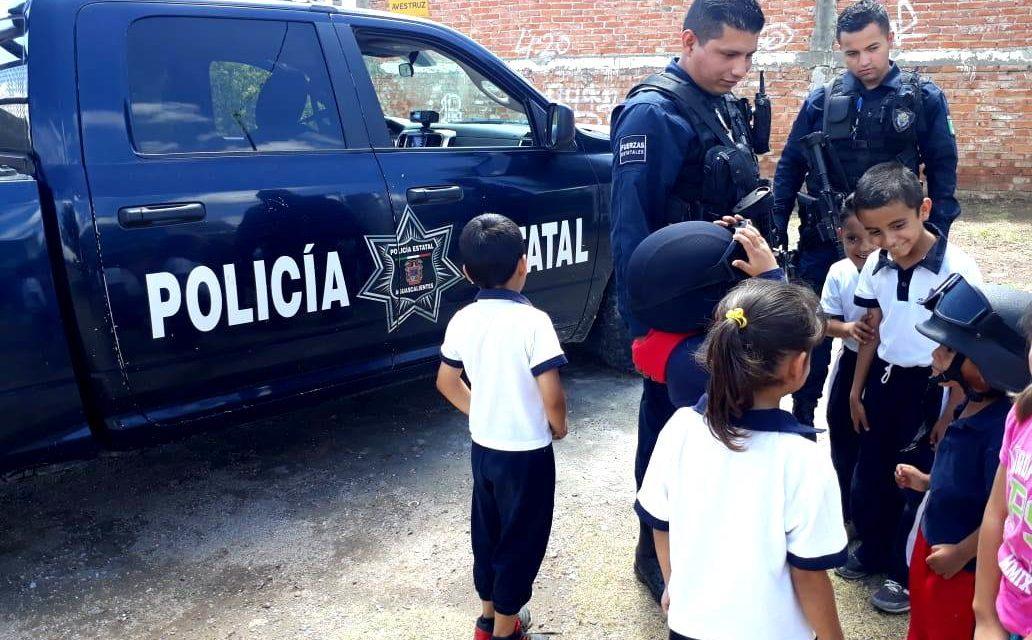 Integrantes operativos de la Policía Estatal realizan labores de proximidad y prevención en la comunidad de Los Cuervos