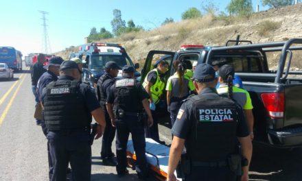 Auxilian policías estatales a mujer y niño tras accidente registrado en el Libramiento a Calvillo