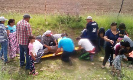 Atienden elementos de la SSPE y Policías Municipales de Pabellón de Arteaga una volcadura en la carretera federal 45, con saldo de cuatro personas lesionadas