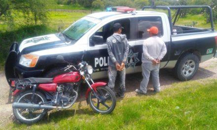 Detienen en el municipio de Asientos a dos personas que conducían una motocicleta robada