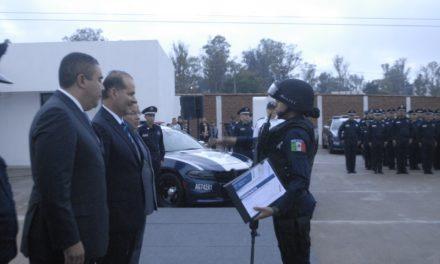 Entrega el gobernador estímulos a policías destacados y sus familias
