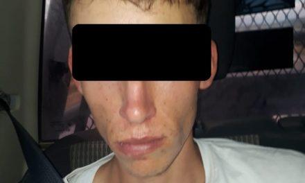 Fue sorprendido en posesión de droga y llevado ante las autoridades correspondientes.