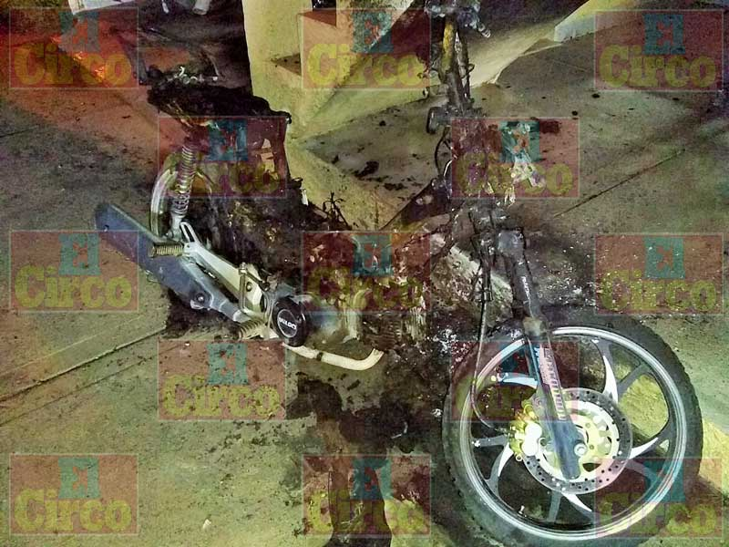 ¡Atacaron con bombas molotov un domicilio en La Chona e incendiaron una moto!