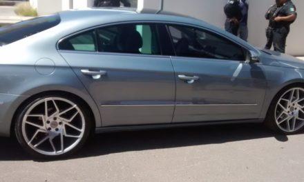 Conducía vehículo con placas sobrepuestas en el municipio de Cosío y fue detenido