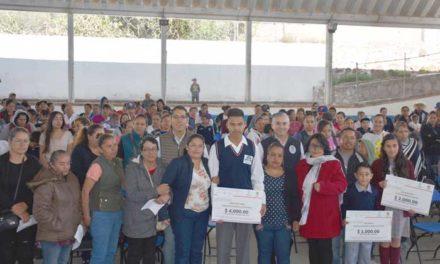 ¡Entregan becas a hijos de migrantes en San José de Gracia!