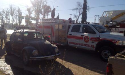 Bomberos del estado sofocan las llamas de un vehículo en Jesús María