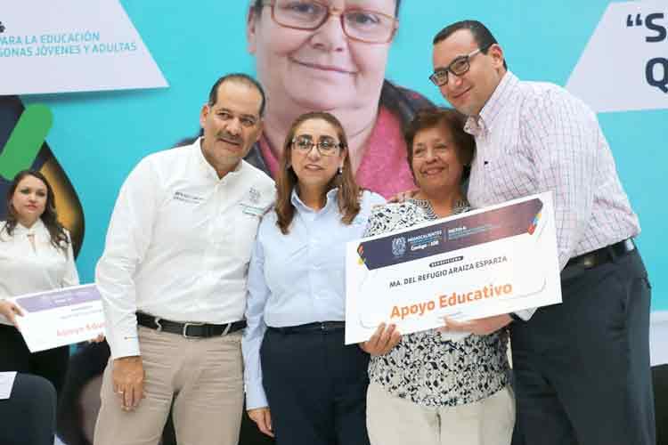 ¡Gobernador del Estado entrega apoyos educativos a 120 personas que aprendieron a leer y escribir en el INEPJA!
