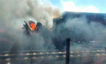 VIDEO/¡Mueren 2 personas y 4 lesionadas tras el choque entre un tren y una pipa con combustible!