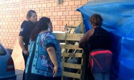 Policías auxilian a mujer en situación de calle, quien ya se encuentra en un albergue