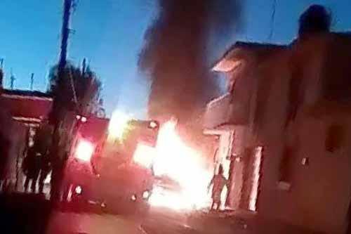 ¡Balean y prenden fuego a una casa en Loreto; muere la mama y el padre y 3 niños resultan con quemaduras!