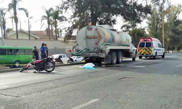 ¡Muere joven motociclista al estrellarse contra un camión cisterna en Aguascalientes!
