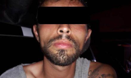 Fue detectado ingiriendo bebidas embriagantes en la vía pública y al ser detenido le encontraron droga