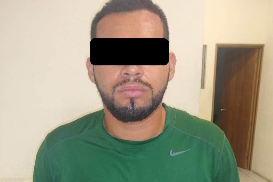 Conducía un vehículo con placas sobrepuestas y fue detenido