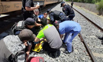 Auxilian elementos de la SSPE a sujeto que resultó lesionado por el tren y sufrió la amputación de dos de sus extremidades