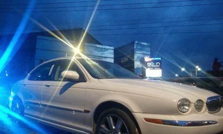 En Jesús María fueron detenidas tres personas que se desplazaban en un vehículo Jaguar en el cual se localizó droga crystal