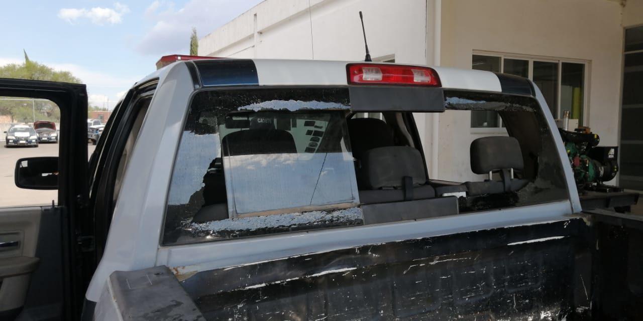Sujeto que participó en una riña fue detenido y durante el trayecto, dañó la patrulla a cabezazos