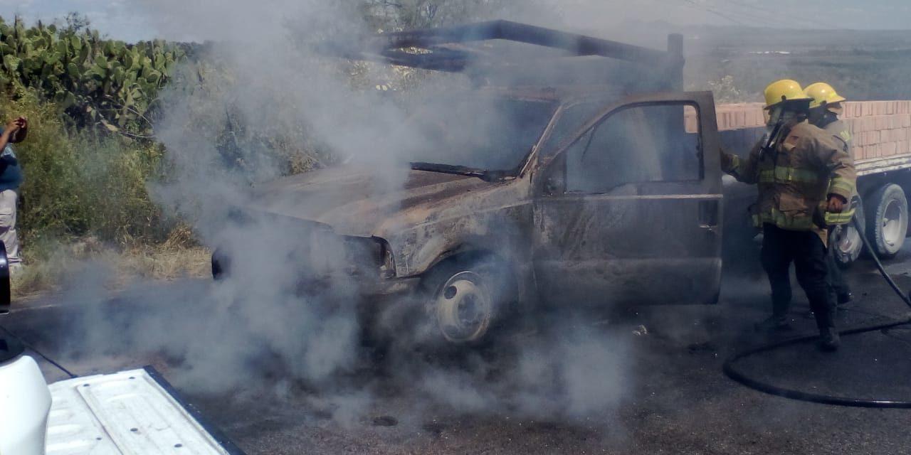 Bomberos sofocaron las llamas que se desprendían de una camioneta de doble rodado en San José de Gracia