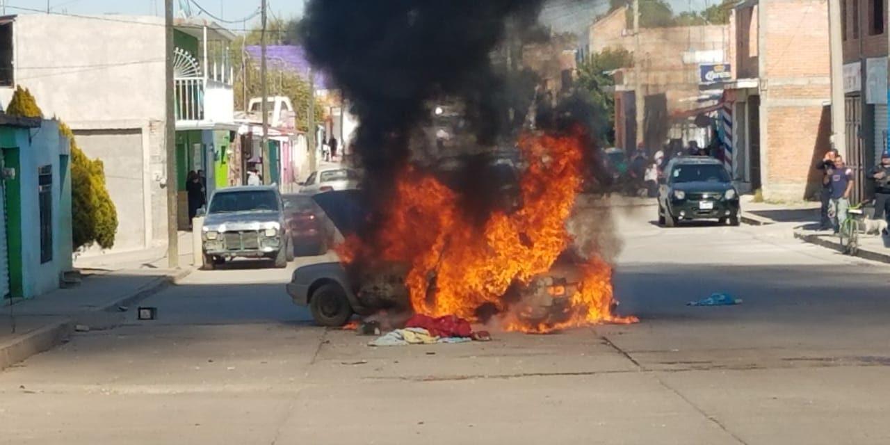 SE ATIENDE REPORTE DE INCENDIO DE VEHÍCULO EN EL MUNICIPIO DE ASIENTOS