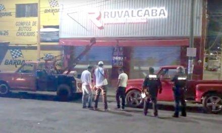 ¡Pistolero balea la fachada de un negocio de refacciones y se da a la fuga en Aguascalientes!