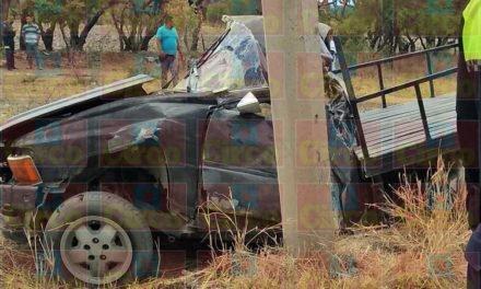 ¡Muere un joven al chocar su camioneta contra un poste de concreto en Lagos de Moreno!