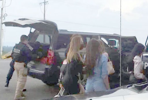 ¡Llevaba camioneta con placas sobrepuestas y un código de barras del MUNIAGS para cargar gasolina!