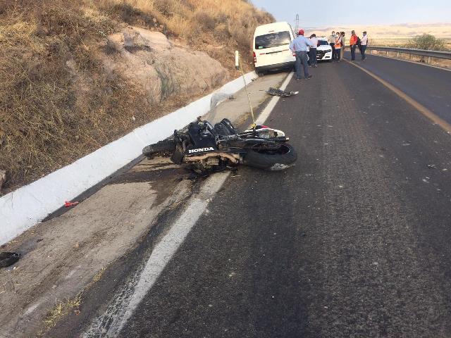 ¡Choque entre motocicleta y combi en Asientos, Aguascalientes, dejó saldo de un muerto!