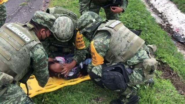 ¡Tras accidente vehicular en el Estado de México, personal militar proporcionó apoyo médico!