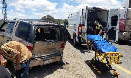 ¡Choque entre camioneta y tráiler en Lagos de Moreno dejó 1 menor de edad muerto y 6 lesionados!