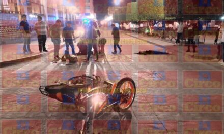 ¡Choque entre una moto y un auto en Lagos de Moreno dejó 4 jóvenes lesionados!