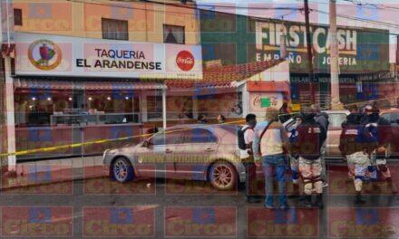 ¡El auto de padre e hijo ejecutados en una taquería en Guadalupe fue incendiado!