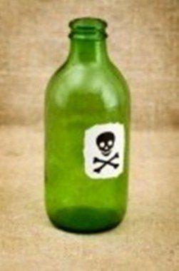 4405666-poco-verde-botella-con-etiqueta--calavera-y-tibias-cruzadas