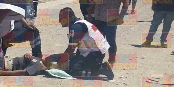 ¡Motociclista lesionado tras chocar contra un camión y ser arrastrado en Lagos de Moreno!