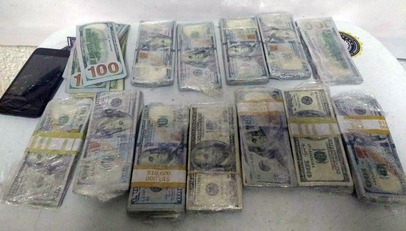 ¡Policía federal le asegura a un pasajero 100 mil dólares en el aeropuerto de Tijuana!