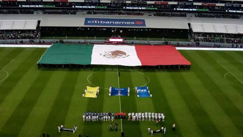 ¡Ejército y Fuerza Aérea Mexicanos despliegan Bandera Monumental en el Estadio Azteca!