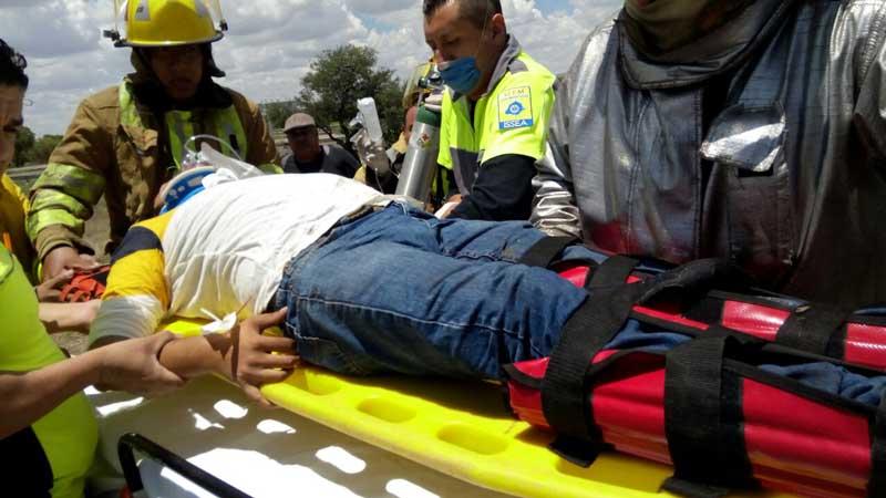 ¡Camioneta se incrusta contra barra de contención en Rincón de Romos: dos lesionados!