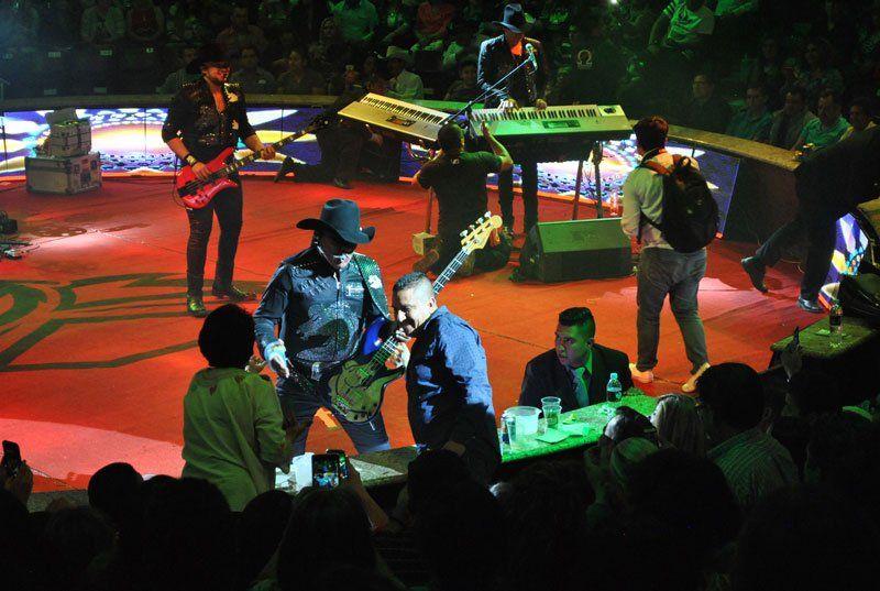 GALERIA/BRONCO abarrota y cimbra el Palenque de la FNSM en Aguascalientes