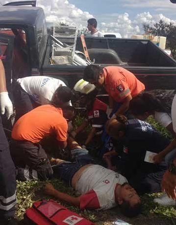 ¡Trabajador casi se amputa una pierna tras chocar contra barra de contención en Lagos de Moreno!